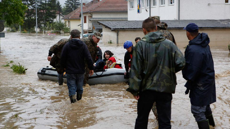 The recent floods that have ravaged Bosnia and surrounding areas has been described as the worst in living memory. Triggering landslides, these floods have left a trail of destruction. Al-Imdaad teams will be providing those affected with a relief hamper containing: blankets, footwear, drinking water and basic food items.